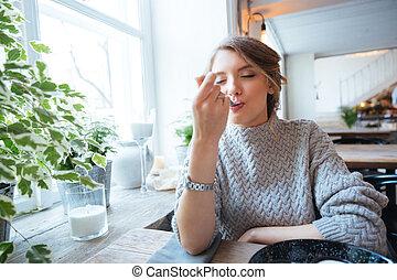 kvinna ätande, restaurang