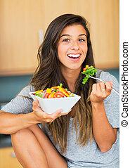 kvinna ätande, sallad, hälsosam