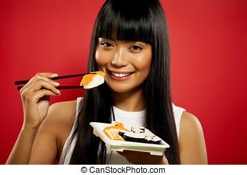 kvinna ätande, sushi