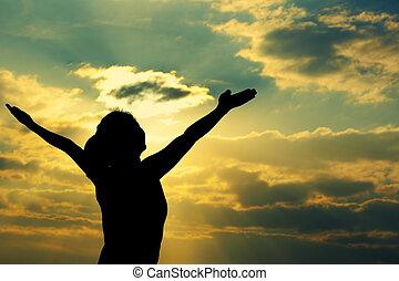 kvinna, öppen beväpnar, under, den, soluppgång