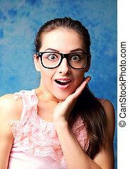 kvinna, öppnat, överraskande, ansikte, mun, hand, glasögon
