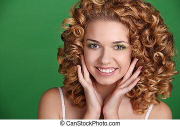 kvinna, över, långt hår, grön, attraktiv, stående, le, glatt