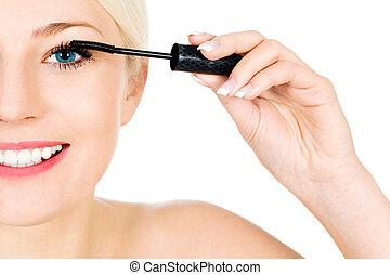 kvinna ansöka mascara