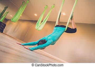 kvinna, antigravity, utföre, övning, ung, yoga