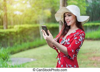 kvinna, användande, a, smartphone, till, social, nätverk