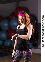 kvinna, användande, aktivitet, förföljare, eller, hjärta frekvens, monitor., inomhus, fitness, begrepp