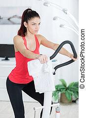 kvinna, användande, inomhus, lämplighet utrustning