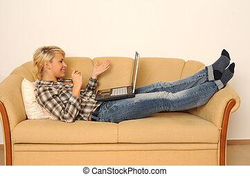 kvinna, arbete, henne, sofa., ung, laptop, lögnaktig