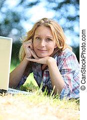kvinna, arbete, Utrymme, laptop, medan, utanför, dator,...