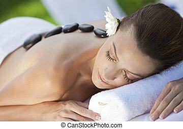kvinna avkopplande, hos, hälsa kurort, ha, het steniga, behandling, massera