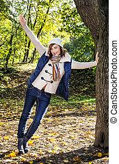 kvinna avkopplande, positiv, träd, ung, höst, böjelse