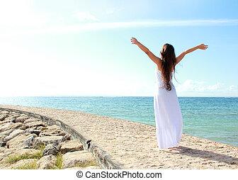 kvinna avkopplande, stranden, med, havsarm öppnar, avnjut,...