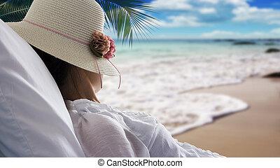 kvinna, avkopplande, ung, säng, se, hav, strand