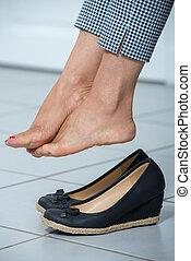 kvinna, avsluta, henne, kopplar av, fötter, dag