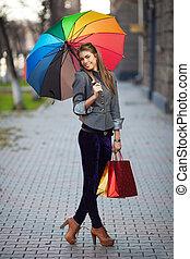kvinna, bärande, handling väska, utomhus