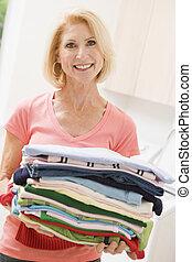 kvinna, bärande, hoplagd, tvättstuga