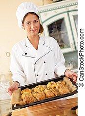 kvinna, bakning, hemlagat, brända varor, hållande bricka
