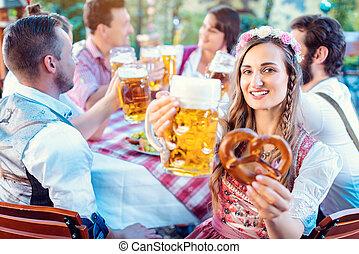 kvinna, bayersk, pub, glas, öl, kamera, rosta