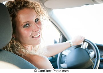 kvinna, bil, insida, ung, stående, le