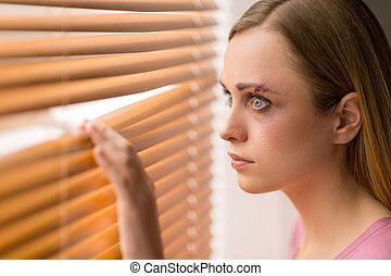 kvinna, blåmärke, ha, genom, rädd, fönster., ansikte, henne, se