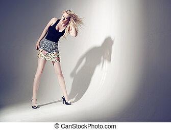 kvinna, blont hår, länge, aluring