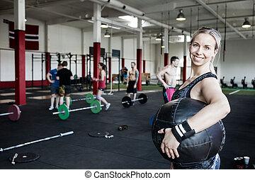 kvinna, boll, bärande, medicin, stående, le