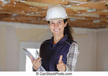 kvinna, byggmästare, uppe, tummar, visar, lycklig