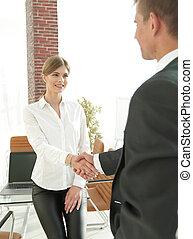 kvinna, chef, välkommanden, den, klient, med, a, handshake.
