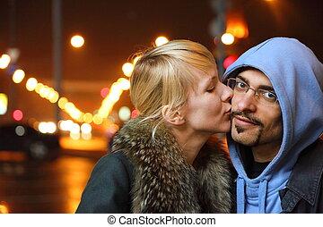 kvinna, city., henne, face., falla, fokusera, mannens, gata, natt, kyssande, coldly, man.