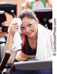 kvinna, cykel, henne, centrera, efter, ansikte, avtorkning, attraktiv, träningen, sport