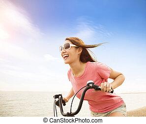 kvinna, cykel, ung, ridande, strand, lycklig