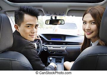 kvinna, drivande, affär, bil, ung man, lycklig