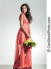 kvinna, elegant, blomma, holdingen, korg, sida se