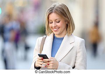 kvinna, elegant, ringa, gata, användande, smart