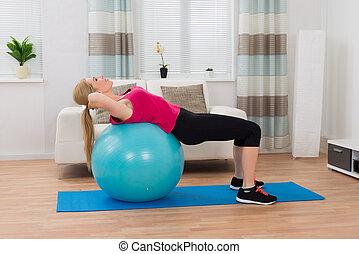 kvinna, exercerande, boll,  fitness