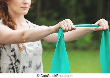 kvinna, exercerande, med, sträckning musikkår