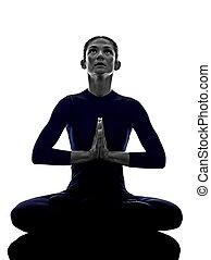 kvinna, exercerande, padmasana, lotus framställ, yoga, silhuett