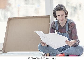 kvinna, färsk, ung, sittande, golv, möblemang, cardbox, henne, nästa, hem