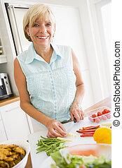 kvinna, förberedande, måltiden,