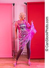 kvinna, förbluffande, medan, aktivt, gripande, framställ, blondin