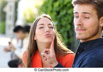 kvinna, försökande, till kyss, a, man, och, han, är, avvisa, henne