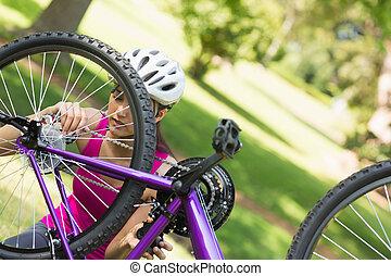 kvinna, försökande, till, rikta, kedja, på, fjäll cykel, i...