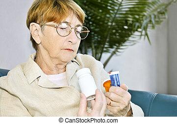 kvinna, flaskor, läsning, äldre, pill