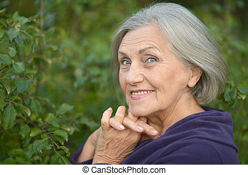 kvinna gående, äldre
