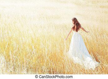 kvinna gående, in, den, solig, äng, på, sommar dag, rörande, gräs