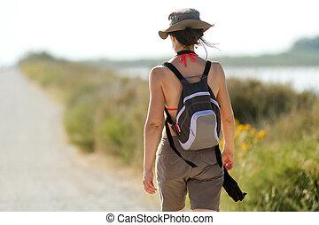 kvinna gående, in, natur