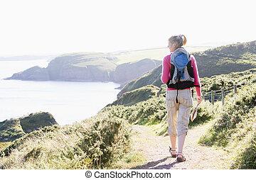 kvinna gående, på, cliffside, bana