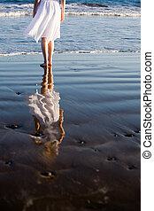 kvinna gående, stranden