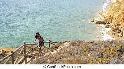 kvinna gående, uppe, på, natur