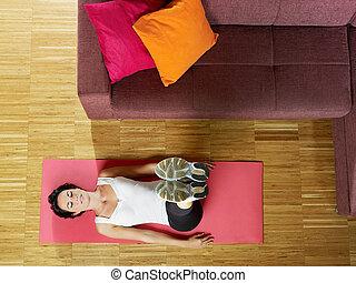 kvinna, gör, abs, övning, hemma
